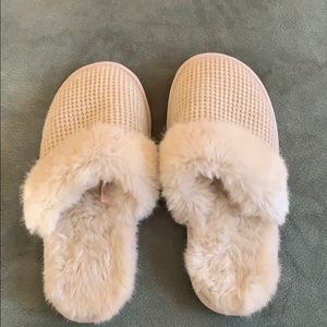 NWOT fluffy Victoria's Secret Slippers Large (7-9)